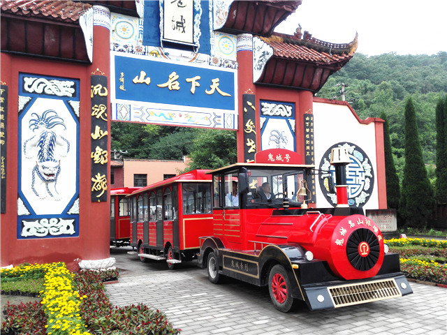 Take Dising sightseeing train, experience the ghost culture.